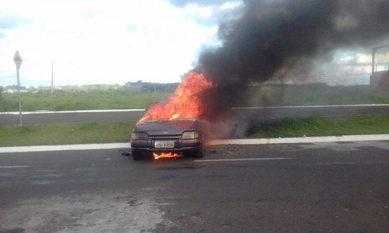 Homem coloca fogo no próprio carro em Umuarama