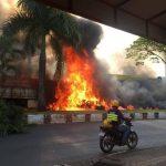 Caminhão passa por cima de veículos e explode em grave acidente