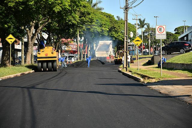Reperfilamento asfáltico na avenida Tiradentes busca melhorar acesso à rodovia PR-323
