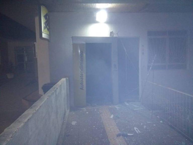 Dupla de 'amadores' tenta explodir caixa eletrônico em Francisco Alves