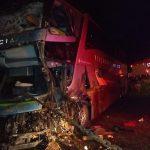 Oito pessoas ficam feridas em batida entre ônibus e caminhão na BR-376