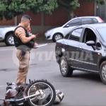 Motociclista fica ferido após ser atingido por carro no centro de Umuarama