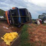 Ônibus de Umuarama com 50 passageiros tomba em Santa Cruz do Rio Pardo