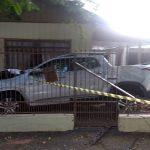 Carro bate em poste e invade residência na rua Mato Grosso, em Umuarama