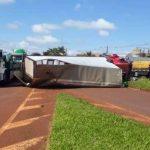 Motorista fica ferido após caminhão tombar na PR-239