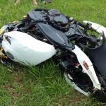 Motociclista é socorrido em estado grave após colidir contra poste na Praça Portugal