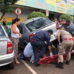 Populares erguem carro para socorrer vítima de acidente em Goioerê