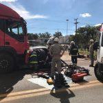 Colisão frontal envolvendo carro e caminhão deixa uma pessoa ferida em Umuarama