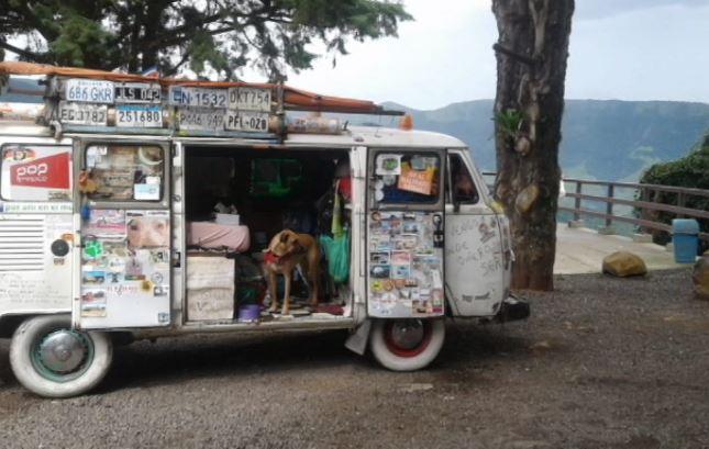 Argentino que já passou por 18 países ao lado de cachorro faz parada em Umuarama