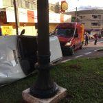 Veículo tomba e motorista fica ferida após acidente no centro de Umuarama