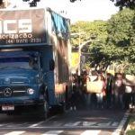 Professores e estudantes fazem ato no centro de Umuarama contra corte de verbas da Educação