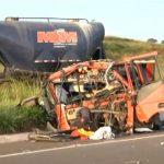 Cabine de caminhão é arrancada e motorista fica ferido em acidente na BR-487