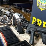 PRF apreende pistolas, fuzil e munições em fundo falso de caminhonete