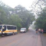 Colisão frontal entre carro e micro-ônibus deixa uma pessoa gravemente ferida na PR-082