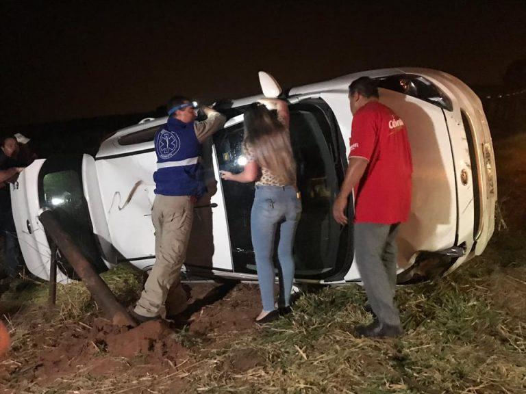 Jovem de Umuarama fica ferida após capotar veículo na PR-489