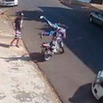 Motociclista 'voa' e atinge pedestres após acidente em Apucarana