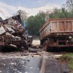 Duas pessoas morrem em colisão frontal entre caminhões na PR-082