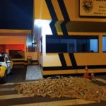 Carreta tomba e polícia descobre 680 kg de maconha na PR-182