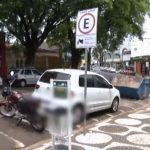 Carro é flagrado estacionado em vagas destinadas para moto