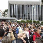Justiça manda servidores saírem da Assembleia e votação vai para Ópera de Arame