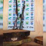 Aves, madeiras e armas são apreendidas em residência no conjunto Ouro Branco