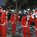 Vestidos de Papai Noel, motoboys chamam a atenção em Umuarama