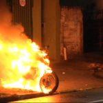 Moto fica destruída após pegar fogo na avenida Brasil, em Umuarama