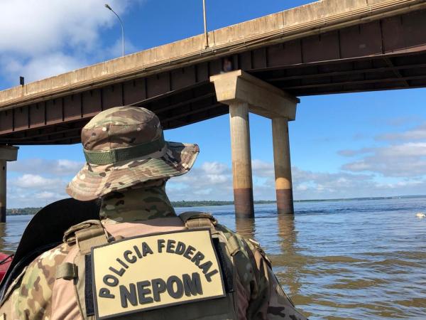 Policiais resgatam contrabandista foragido em pilar da ponte Ayrton Senna, em Guaíra