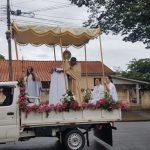 Com missas suspensas, padre passeia com o Santíssimo por bairros de Paranavaí