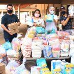Dupla Bruno e Fernando doa cestas de alimentos ao Lar São Vicente de Paulo