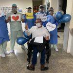 Recuperado da Covid-19, paciente de 61 anos se emociona ao deixar hospital em Umuarama