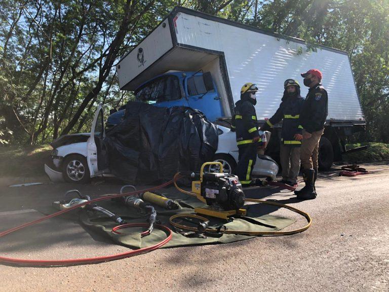 Uma pessoa morre e outra fica ferida após grave acidente na PR-323, em Umuarama