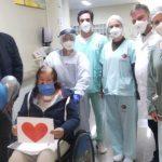 Paciente curada da Covid-19 é aplaudida ao receber alta de hospital em Umuarama