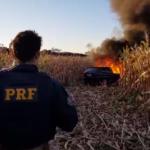 PRF apreende carro incendiado carregado com cigarros no Paraná