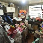 Acumuladora guardava quase dois caminhões de lixo e objetos dentro de casa em Umuarama