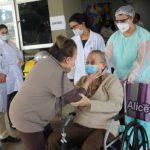 Paciente de 94 anos recuperada da Covid-19 recebe alta em Foz do Iguaçu