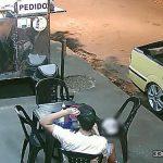 Cliente coloca cabelo em lanche para não pagar a conta em estabelecimento no Paraná; vídeo