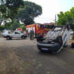 Fiorino capota após colisão no cruzamento das ruas Cambé com a Ceará, em Umuarama