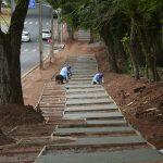 Nova calçada externa do Bosque dos Xetá começa a ser concretada