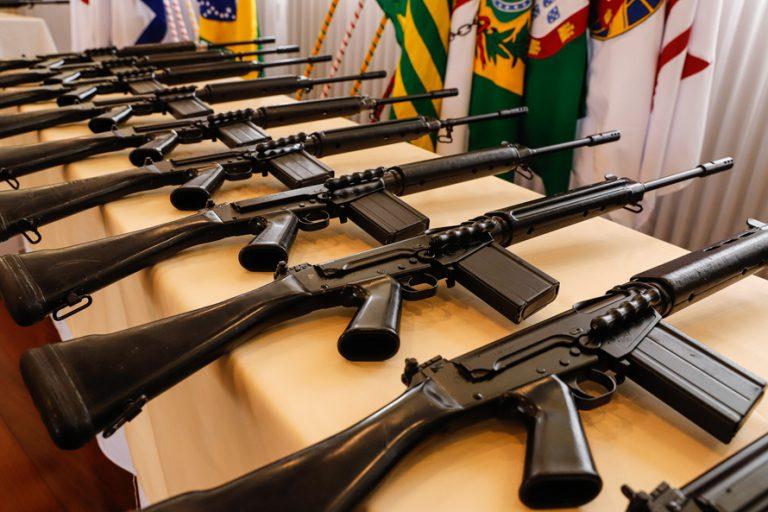 Paraná recebe 100 fuzis do Exército para reforçar segurança pública