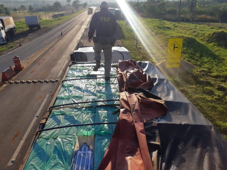 PRF recupera carreta carregada com cigarros contrabandeados em Alto Paraíso