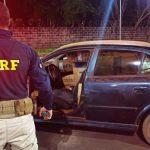 PRF apreende carro lotado de cigarros contrabandeados em Terra Roxa