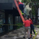 Pertences de motociclista foram parar em cima de loja após acidente em Umuarama
