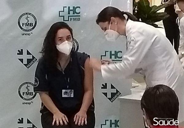 Médica umuaramense é vacinada contra Covid-19 no Hospital das Clínicas de Botucatu