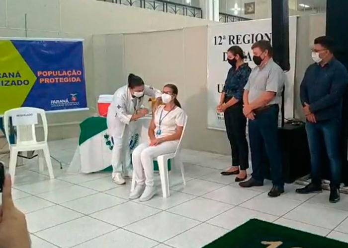 Técnica de enfermagem é a primeira pessoa vacinada contra a Covid-19 em Umuarama