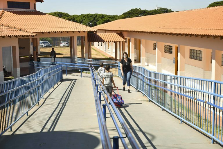 Com projeto-piloto, aulas presenciais voltam de forma gradativa e escalonada