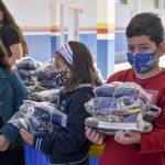 Secretaria de Educação entrega uniformes para crianças da rede municipal de ensino