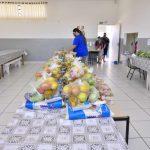 Secretaria de Educação distribui kits de alimentos para famílias de estudantes