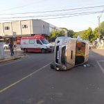 Caminhonete tomba e mulher fica ferida após colisão no centro de Umuarama