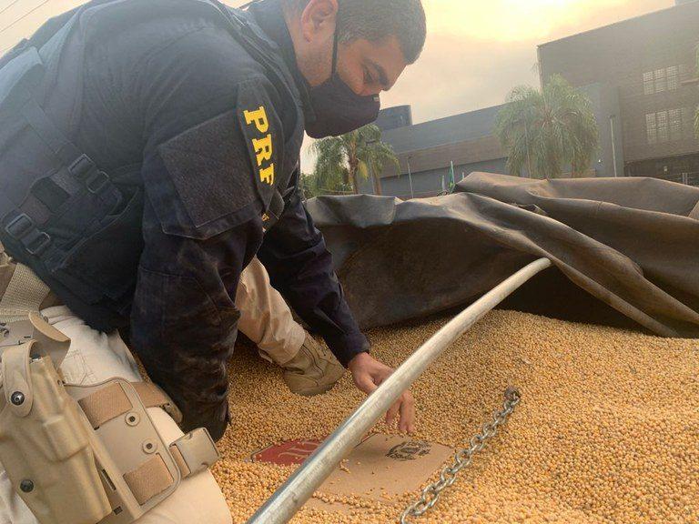 PRF apreende R$ 1,5 milhão em bitrem carregado de soja em Guaíra